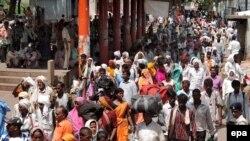 Индуистские паломники направляются к храму. Иллюстративное фото.