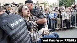 Задержание сторонника Pussy Riot у Хамовнического суда, 17 августа 2012