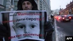 მოსკოვში ტეხასში რუსეთიდან შვილად აყვანილი პატარა ბიჭის დაღუპვას აპროტსტებენ.