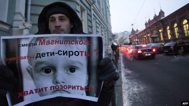 Jedan od demontranata protiv ruskog zakona o zabrani američkim državljanima da usvajaju rusku decu, decembar 2012.