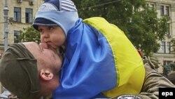 Украинский солдат с ребенком на руках. Архивное фото