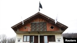 """Zastava organizacije """"Islamska država"""" na kući u Maoči, kasnije skinuta"""