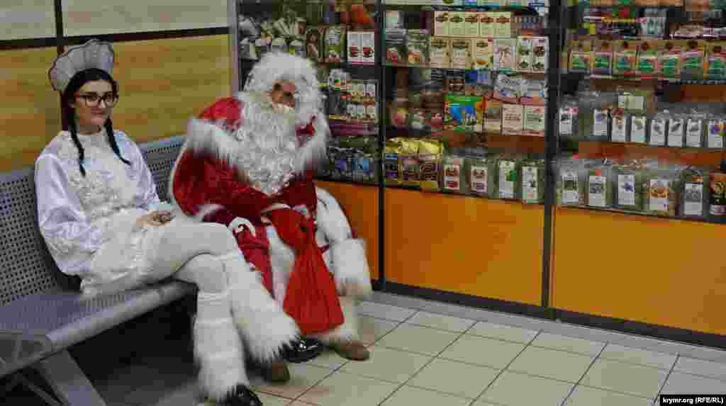 Дед Мороз и Снегурочка в Симферопольском аэропорту