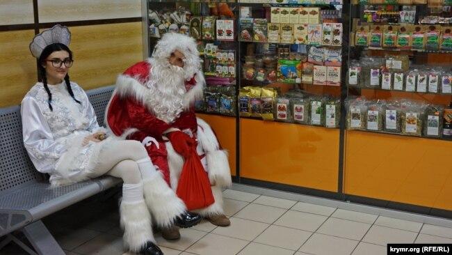 В анексованому Криму все без змін: Дід Мороз зі Снігуронькою, а не Святий Миколай.