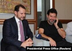 محمد هاکان آتیلا (راست)، مدیرکل سابق هالک بانک، که دادگستری آمریکا علیه او اعلام جرم کرده بود در سال جاری پس از پایان دوران حبس در آمریکا به ترکیه بازگشت و به مدیریت بازار بورس استانبول منصوب شد.