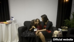 Միացյալ Նահանգների առաջին տիկին Միշել Օբաման դստրերի հետ