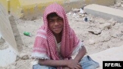 صورة صبي عراقي يتسول على قارعة الطريق
