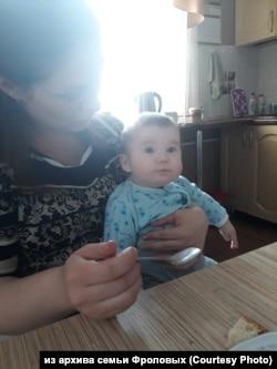 Степан на руках у мамы