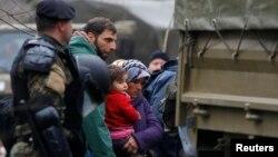 Մակեդոնիա - Զինվորները դեպի բեռնատար ավտոմեքենա են ուղեկցում Հունաստանից սահմանը ապօրինաբար հատած փախստականներին, 14-ը մարտի, 2016թ․