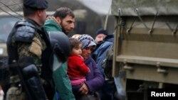 Pamje e mëparshme e migrantëve në Maqedoni derisa ata përcilleshin nga policia për t'i kthyer në Greqi