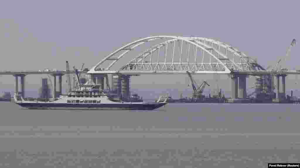 Тем временем министерство инфраструктуры Украины отслеживает все компании, работающие на объектах Керченского моста, и обещает внести их в санкционные списки. А украинское правительство оценивает ущерб от российской инициативы строительства моста через Керченский пролив вдесятки миллионов гривен.
