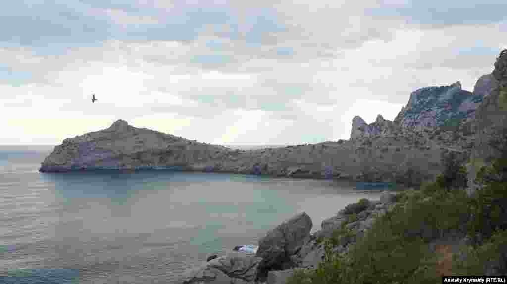 Мыс Капчик разделяет Синюю и Голубую бухты неподалеку от Нового Света