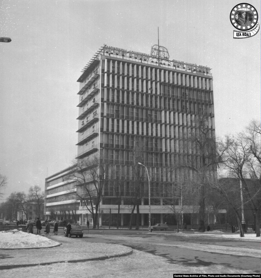 Здание Дома Советов. Снимок сделан в 1965 году (слева).Это первое в городе 11-этажное здание соорудили в 1967 году (поэтому датировка снимка, скорее всего, неправильная) по проекту архитекторов Наумова и Михеева. Предназначалось оно для «Дома проектных организаций», но в итоге его занял алма-атинский обком партии. Здание обладало системой солнцезащиты —вращающимися панелями на фасадах с западной и восточной стороны. Через несколько лет эта система прекратила работу, и панели теперь статичны.