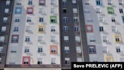 Crnogorska vojska čuva zgradu predviđenu za karantin povratnika iz inostranstva, univerzitetki kampus Podgorica