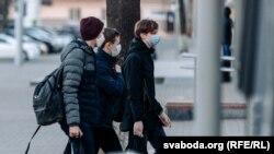 Людзі ў масках на вуліцы. Ілюстрацыйнае фота