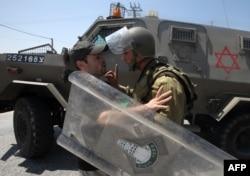 İsrail əsgəri ilə yeni yəhudi məhəllələrinin salınmasına etiraz edən fələstinlinin mübahisəsi, Bethlehem, 16 avqust, 2013