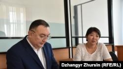 Актюбинская активистка Карлыгаш Асанова в суде по ее делу с адвокатом Сейсембаем Дилмановым. Актобе, 25 октября 2019 года.