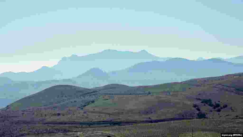 Также открывается прекрасный вид на горный массив Кара-Даг