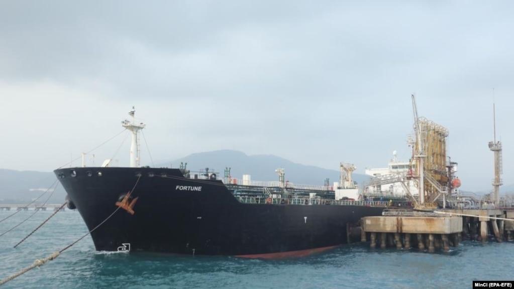 یک نفتکش در حال تخیله محموله سوخت ایران در بندری در ونزوئلا (عکس از آرشیو)