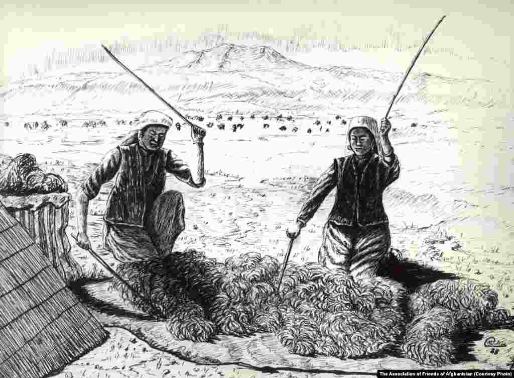Жүн сабап жатқан қырғыздар. Олар қой мен қодас баққан, жазықтағы Ауғанстан тұрғындарына ет, сүт, жүн сатқан.