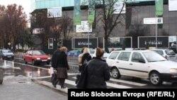 Пешаци преминуваат улица во Скопје.