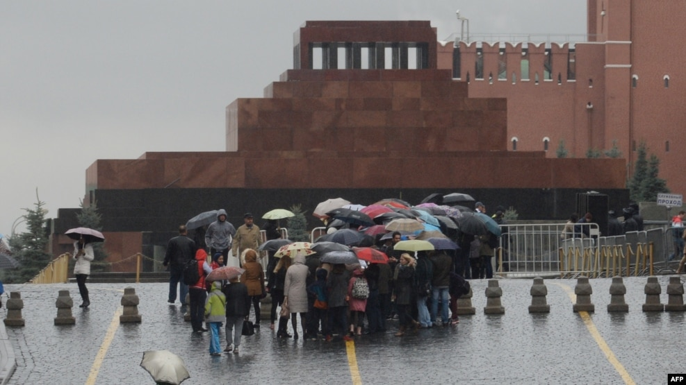 Tourists wait in line in front of Soviet state founder Vladimir Lenin's mausoleum on Red Square in Moscow. (file photo)