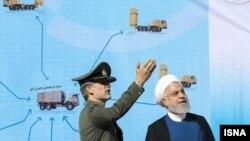 حسن روحانی (راست) و امیر حاتمی، وزیر دفاع، در مراسم رونمایی از سامانه پدافند باور۳۷۳