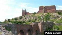 Развалины средневековой крепости Хаммерсхус на Борнхольме - напоминание о богатой военной истории острова