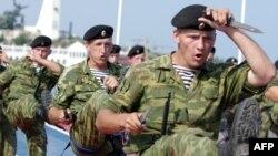 Десантники Чорноморського флоту РФ під час репетиція показового виступу, Севастопольська бухта, 28 липня 2011 року