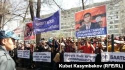 Соттун алдындагы митинг, Бишкек, 29-март, 2013.