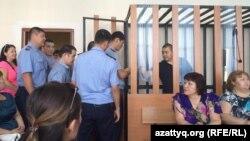 В зале суда по делу Торебая Мажитова, Мейрамбека Турганбаева и Ергожи Амангожина, обвиняемых в «терроризме». Актобе, 11 августа 2016 года.