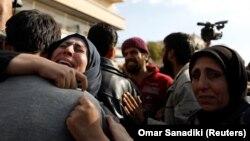 زن سوری، مردی را که از اسارت داعش در «قریتین» گریختهاست در آغوش گرفته و میگرید
