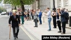 Люди в Вестминстере чествуют ветерана Второй мировой войны аплодисментами. Лондон, 8 мая 2020 года.