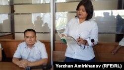 Серикжан Билаш, лидер незарегистрированного движения «Атажұрт еріктілері», с адвокатом Айман Умаровой в суде. Нур-Султан, 29 июля 2019 года.