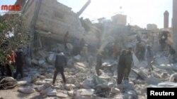 Люди зібралися біля будівлі знищеної лікарні в місті Маарет-ан-Нуман