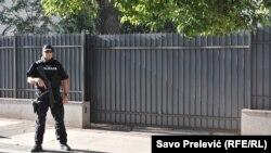 Policajac ispred Višeg suda u Podgorici, ilustrativna fotografija