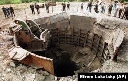 Журналисты стоят вокруг уничтоженного украинского ракетного бункера SS-24. Первомайск, 29 сентября 1998 года