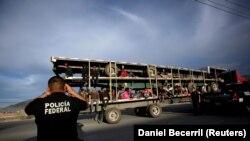 Meksikaya çatan miqrantların fotoları çəkilir