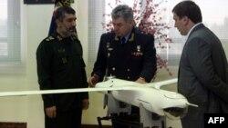 """General Amir Ali Hajizadeh və İran istehsallı """"Yassir"""" dronu."""