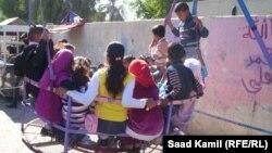 """أطفال يلهون بـ""""مراجيح"""" العيد ببغداد"""
