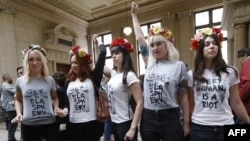 Активистки Femen в Исправительном суде Парижа после предварительных слушаний. 9 июля 2014 года