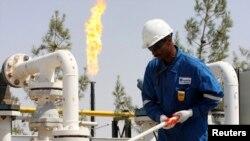 یک کارگر در میدان نفتی در اربیل- اقلیم کردستان عراق