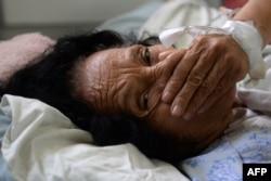 Пациентка, страдающая от синдрома Гийена-Барре, возможно вызываемого лихорадкой Зика, в одной из клиник Сальвадора. 27 января 2016 года