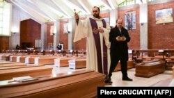 Католическая церемония прощания с умершими от коронавируса. Италия, 28 марта 2020 года.