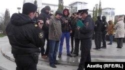 """""""Күк бүре"""" активистлары полиция белән каршылыкка керде"""