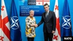 Adjuncta secretarului general al NATO, Rose Gottemueller, împreună cu premierul georgian Giorgi Gakharia, 3 octombrie 2019