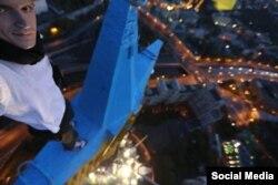 Павло Ушивець (руфер Мустанг) пофарбував зірку на шпилі висотного будинку на Котельницькій набережній жовтою і синьою фарбою, Москва, серпень 2014 року