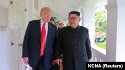 Дональд Трамп и Ким Чен Ын во время саммита в Сингапуре.