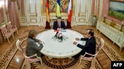 Канцлер Німеччини Анґела Меркель (ліворуч), президент України Петро Порошенко (посередині) та президент Франції Франсуа Олланд (праворуч). Архівне фото