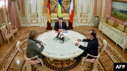 Анґела Меркель (л), Петро Порошенко (с), Франсуа Олланд (п), архівне фото